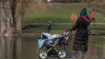 Imagen de una mujer con un carro de bebé