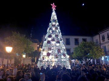 Imagen de un árbol de Navidad iluminado en Estepa