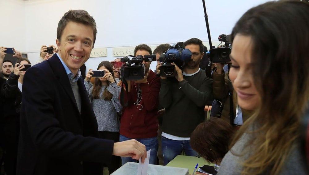 Íñigo Errejón votando