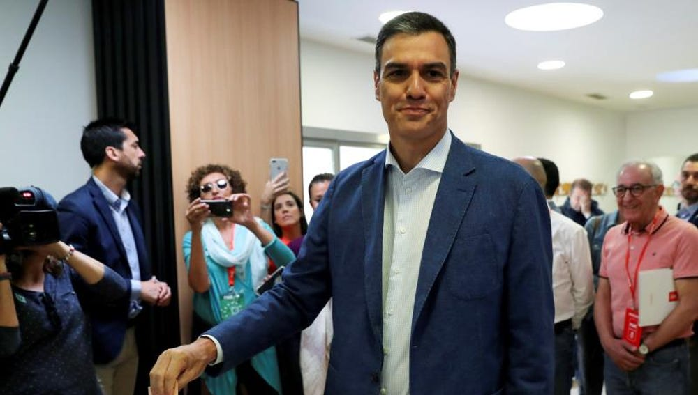 El candidato del PSOE, Pedro Sánchez, vota en las últimas elecciones.