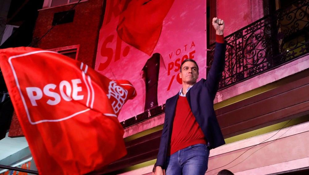 El líder del PSOE Pedro Sánchez celebra los resultados electorales en la sede de Ferraz