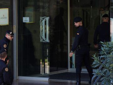 Agentes de la Guardia Civil acceden a la sede del Consell Catalá de l'Esport