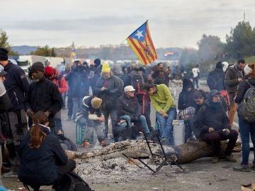 Centenares de personas bloquean la autopista AP-7 en Girona