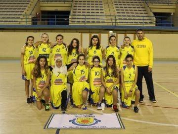 Fatima Habib, la segunda jugadora por la izquierda en la fila inferior en la foto de equipo del CB Tavira