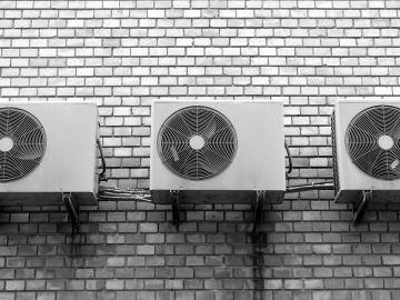 Imagen de archivo de fachada con aires acondicionados.