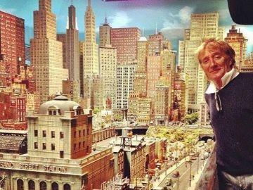 Rod Stewart con su impresionante maqueta de una ciudad con red ferroviaria