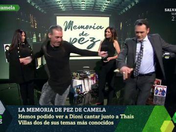 Dioni Martín enseña a Iñaki López a bailar al 'estilo Camela':