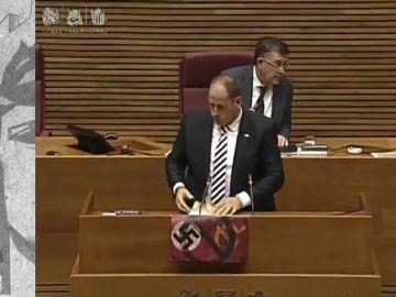 Un diputado de Vox muestra una esvástica en las Cortes Valencianas