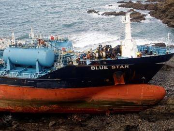 """Los trabajos de bombeo a tierra del combustible almacenado en el """"Blue Star"""""""