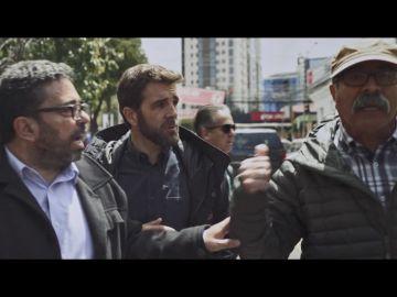 Increpan a Gonzo y al equipo de Salvados con gritos e insultos cuando graban en las calles de Bolivia