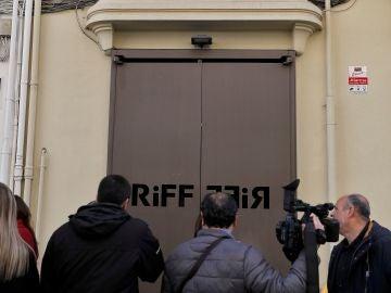 Los medios de comunicación esperan a las puertas del restaurante RiFF de València.