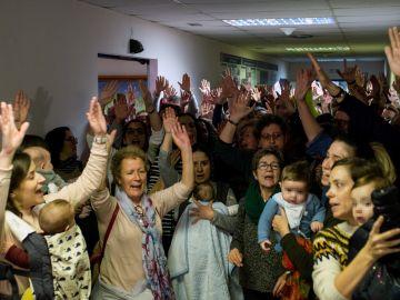 Los empleados del Hospital de Verín se encierran por la supresión del paritorio