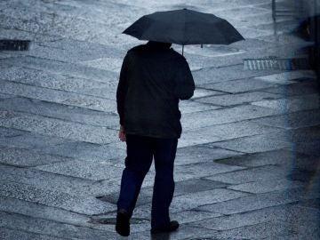 Imagen de archivo de un hombre con un paraguas