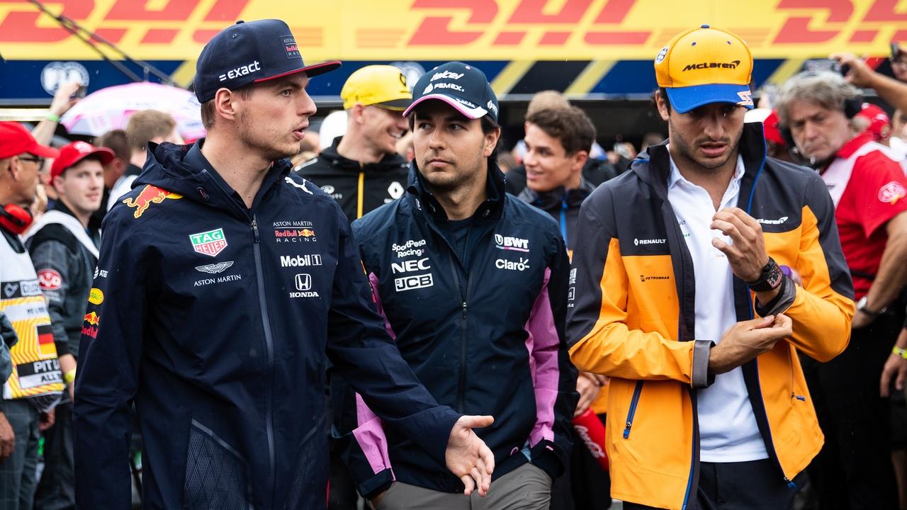 Verstappen charla con 'Checo' Pérez y Carlos Sáinz