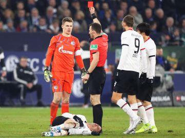 Expulsión del portero del Schalke Alexander Nubel tras su entrada a Mijat Gacinovic, del Eintracht Fráncfort