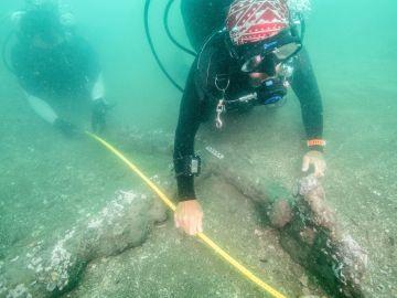 Descubren dos anclas en el lugar donde desembarcó Hernán Cortés en México