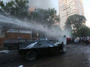 Manifestantes se enfrentan a los antidisturbios en las calles de Santiago de Chile