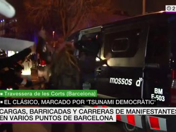 Un grupo de manifestantes asalta un furgón de los Mossos y agrede a un agente