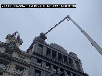 Una mujer, en estado crítico tras caerle en la cabeza la cornisa de un edificio en Madrid
