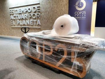 Logo de la COP25 envuelto en plástico