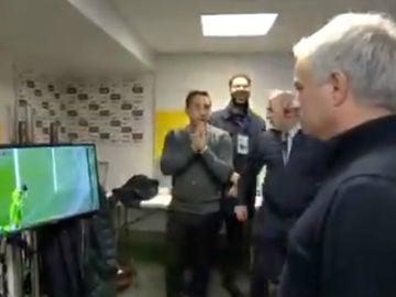 Mourinho, observando el fallo de De Gea
