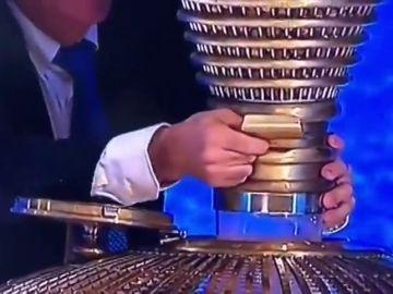 La imagen de la polémica en el Sorteo de la Lotería de Navidad 2019: ¿qué hace este comisario?