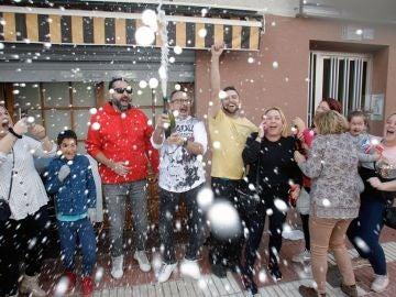 Varios clientes del restaurante Pepe, de San Vicente del Raspeig (Alicante) celebran con cava el 26590