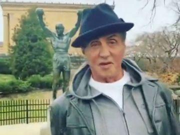 Sylvester Stallone visita la estatua de 'Rocky' y revoluciona a sus seguidores