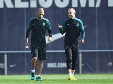 Iniesta charla con Mascherano durante un entrenamiento en el Barça