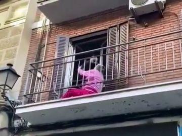 El gesto más emotivo de esta Nochebuena: el beso de una anciana a un policía rescata