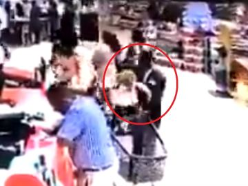 Las imágenes del establecimiento recogieron el momento en el que el hombre secuestra al niño.