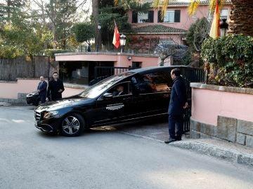 Salida del vehículo de la funeraria que transporta el féretro de la infanta Pilar de Borbón