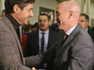 Luis Rubiales saluda a Víctor Sánchez del Amo
