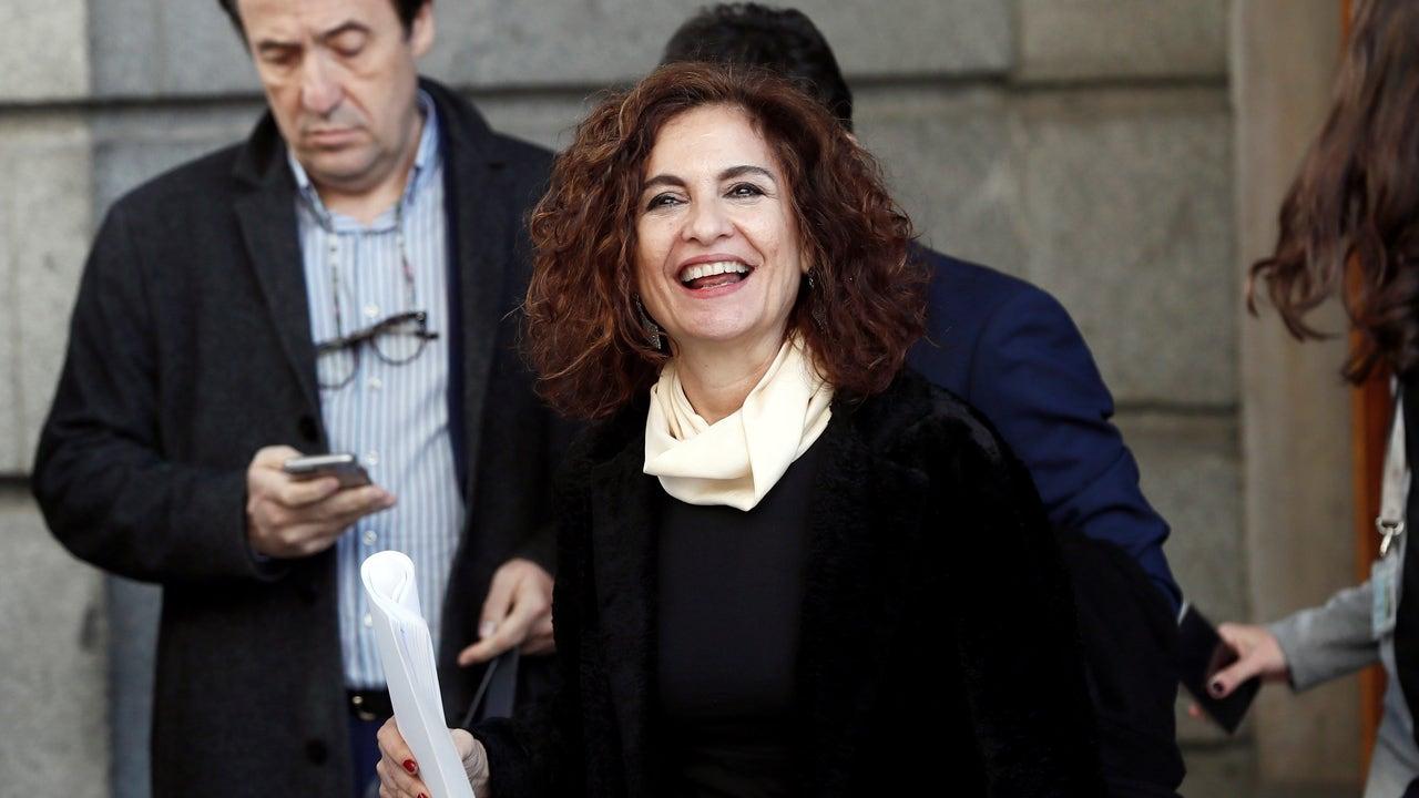 María Jesús Montero abandona el Congreso de los Diputados tras la segunda jornada del debate de investidura de Pedro Sánchez como presidente del Gobierno