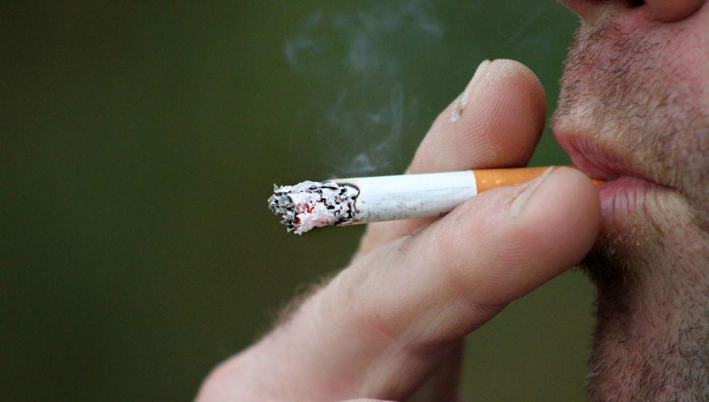 Imagen de archivo de una persona fumando.