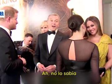 El príncipe Harry habla con un directivo de Disney en presencia de Meghan Markle y Beyonce