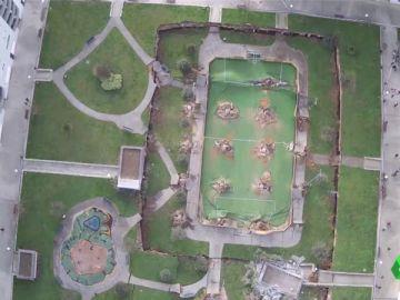 Un parque infantil se hunde sobre un parking en Nueva Montaña, Santander