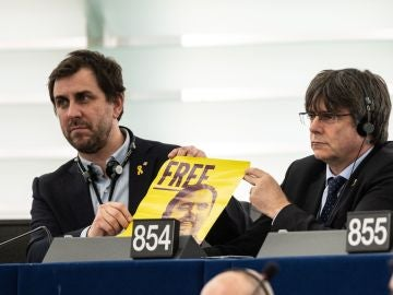 Puigdemont y Comín muestran un cartel pidiendo la libertad de Oriol Junqueras en la Eurocámara