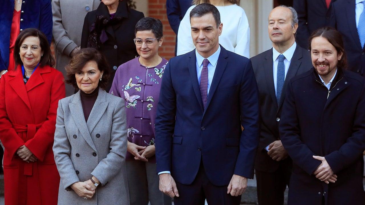 Pedro Sánchez rodeado de algunos de sus ministros y vicepresidentes