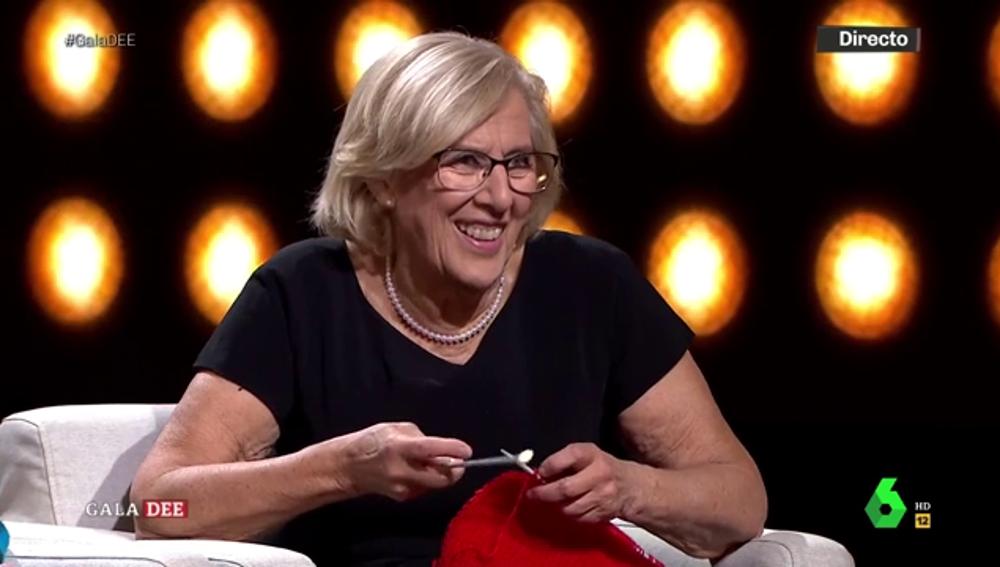 Carmena desvela una divertida anécdota como jueza mientras hace punto en pleno directo