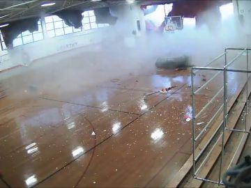El sobrecogedor momento en el que una tormenta destroza un pabellón escolar en pleno partido