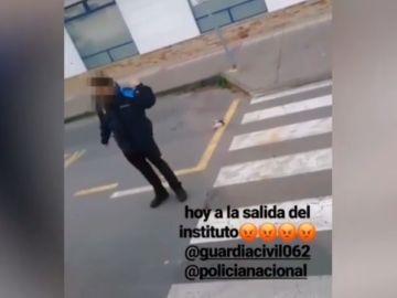 Graban a un policía ignorando y apartando con el pie a un gato que acaba de ser atropellado en Galicia