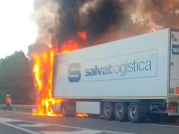 El camión incendiado en la AP-7