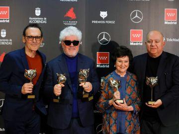 El equipo de 'Dolor y Gloria' posa con los premios Feroz conseguidos