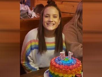 Imagen de la menor que ha sido expulsada de su colegio por llevar un jersey multicolor