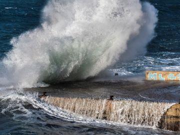 Las olas saltan a su llegada a la costa en San Telmo, Mallorca (Archivo)