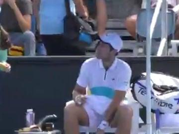 Un tenista exige a la recogepelotas que le diese el plátano pelado