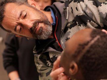 El cirujano Pedro Cavadas observando a un paciente