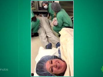 La imagen viral de una madre inmortalizando el desmayo de su marido después del parto