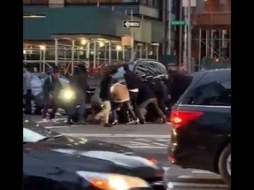 Levantan a pulso un vehículo para rescatar a una mujer tras ser atropellada